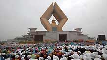 Buddhist followers gather at the Famen Temple of Shaanxi Province on Saturday to watch the ceremony, which marks the enshrinement of the sarira in a 148-m-high stupa. Sarira, remains from the cremation of a Buddha or a saintly monk, are regarded as treasured Buddhist relics.