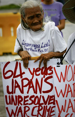 A Filipino comfort woman Piedad Noblesa, aged 84, takes part in a demonstration outside the Japanese Embassy in Manila, capital of the Philippines, on August 12, 2009.