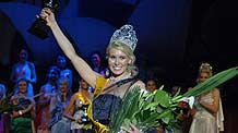 24-year-old Australian beauty Melinda Heffernan smiles after being crowned as the Miss Earth Australia 2009 in the University of New South Wales, Sydney, Australia, September 19, 2009. Twenty-four contestants from around the country took part in the competition.