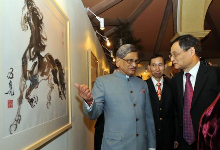 Indian Foreign Minister S.M. Krishna (L) talks with Chinese Ambassador to India Zhang Yan (R) as they visit the exhibition 'Spotlight on Chinese Ink Painting: International Art Exhibition in India' at Hotel Taj Mahal in New Delhi, capital of India, December 23, 2009.