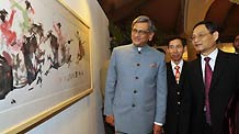 Indian Foreign Minister S.M. Krishna (L) and Chinese Ambassador to India Zhang Yan (R) visit the exhibition 'Spotlight on Chinese Ink Painting: International Art Exhibition in India' at Hotel Taj Mahal in New Delhi, capital of India, December 23, 2009.