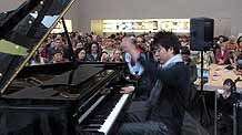 Chinese pianist Lang Lang performs Chopin's 'Polonaise in A Flat major, Opus 53' at an Apple store in New York, the United States, March 19, 2010. Lang Lang performed here on Friday to raise money for Haitian children suffering from the devastating earthquake.
