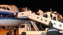 Medical workers take injured people to the plane heading for Harbin, capital city of Heilongjiang province, Aug 25, 2010.