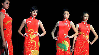 Models show off the elegant cheongsam or qipao to demonstrate the unique charms of these 100-year-old Chinese clothes at the Expo Performance Center, Oct 26, 2010.