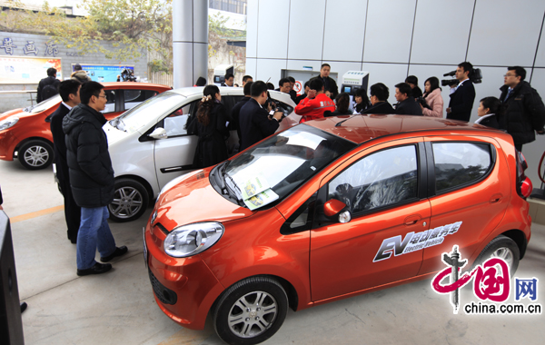 China's first car-charging station for electric cars is unveiled in Chongqing's Jiangbei District on Wednesday. Built at a total cost of more than 8 million yuan, the station can charge five cars at a time. Chongqing plans to build 30 charging stations in downtown Chongqing over the next five years. [China.com.cn]