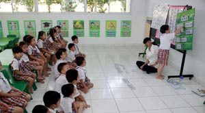 The number of people learning Chinese in Southeast Asia is now on the rise. Consequently, the demand for Chinese teachers far surpasses the supply.