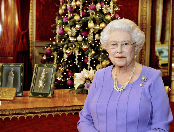 Queen Elizabeth II praises workers who fight Ebola