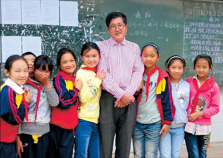 Zhang Zhiyong with some of the Yunnan students he has helped.