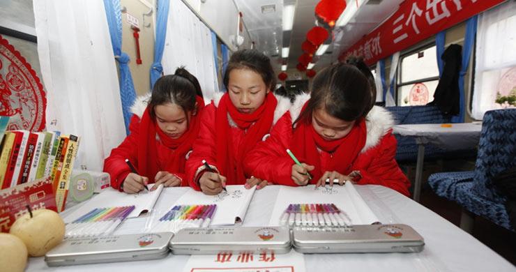 Around 7:00 PM on 6th, February, train No. 3338 from Chengdu of Sichuan Province to Hangzhou of Zhejiang Province has safely carried a triplet Tang Xiaolin, Tang Xiaojin and Tang Xiaoyin to Quzhou station for family reunion.