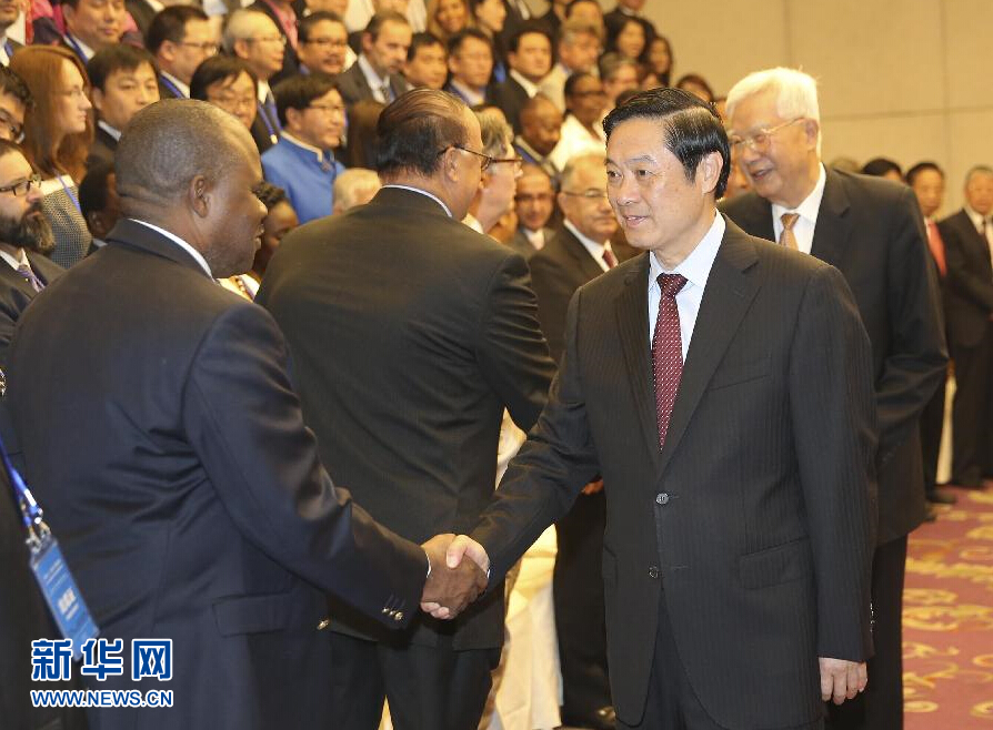 Liu Qibao, head of the Publicity Department of the CPC Central Committee shakes hands with human rights experts attending the 2015 Beijing Forum on Human Rights on Sept. 16 in Beijing.
