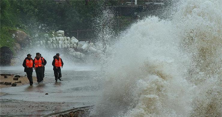 Typhoon Dujuan hits E. China