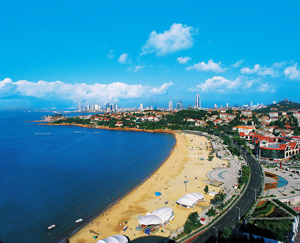 Qingdao is well-known for its soft sand, flat beach and twisting coastline. The city has started to offer 72-hour visa-free entry for international transit passengers as of Nov 16, 2015, as a move to boost tourism and business. [Photo provided to chinadaily.com.cn]