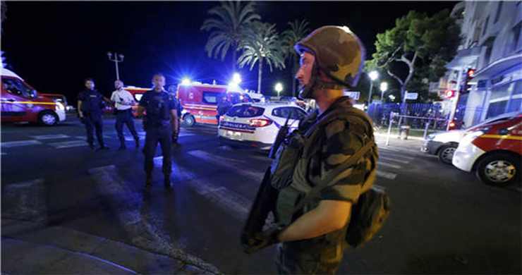 Truck rams into crowd in Nice of France