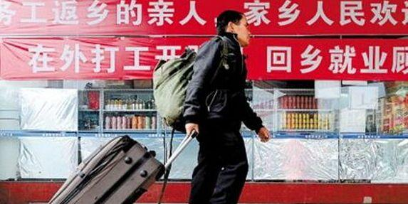 A recent survey shows that an increasing number of young migrant workers are heading home from big cities like Beijing, Shanghai and Guangzhou.