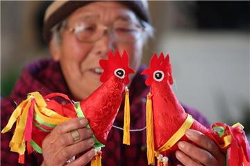 Folk artist Du Yifang makes rooster dolls