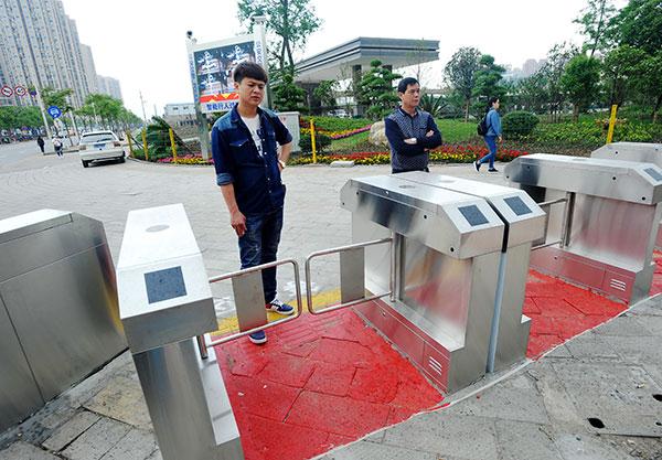 Gates cramp style of Wuhan jaywalkers