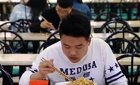 湖南一高校8年为贫困学生提供2元餐承诺不涨价