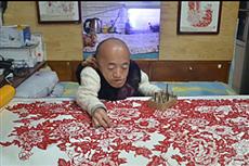 【镜头中的脱贫故事】70cm'瓷娃娃'北漂剪纸 为女儿求医