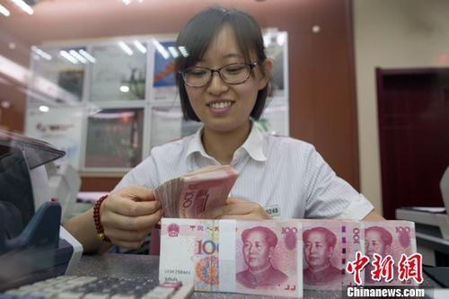 7月5日,山西太原一银行工作人员正在清点货币。<a target='_blank' href='http://www.chinanews.com/'>中新社</a>记者 张云 摄